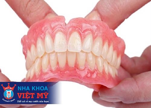 Trồng răng giả tháo lắp bằng khung nhựa